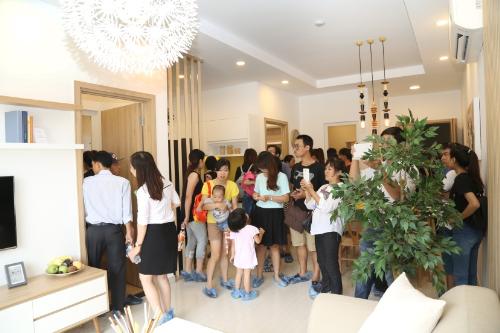 Đông đảo khách hàng tham dự buổi mở bán Moonlight Boulevard