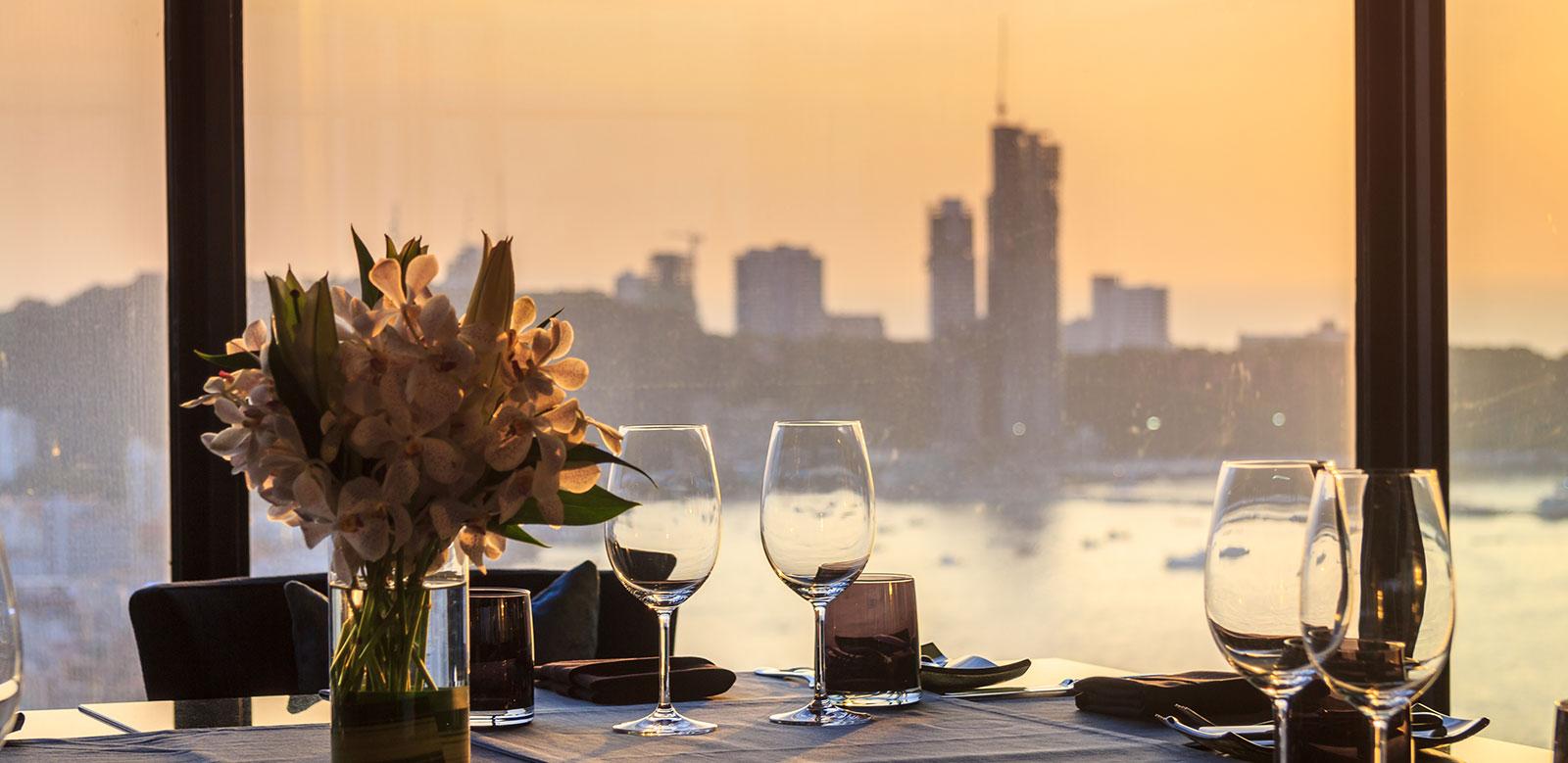Nhà hàng nó lá ven sông Saigon